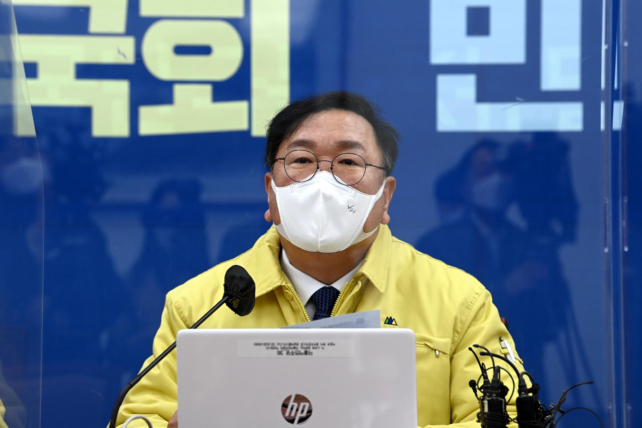 22일 오전 국회에서 열린 더불어민주당 원내대책회의에서 김태년 원내대표가 모두 발언을 하고 있다. 오종택 기자