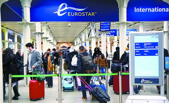 20일(현지시간) 영국 런던 세인트판크라스역에서 승객들이 파리행 마지막 기차를 타기 위해 줄지어 서 있다. 영국에서 변종 코로나바이러스가 확산하자 프랑스 정부가 이날 자정부터 48시간 동안 영국발 모든 이동을 중단한다고 밝히는 등 유럽 국가들이 여행 제한 조치에 나섰다. [EPA=연합뉴스]