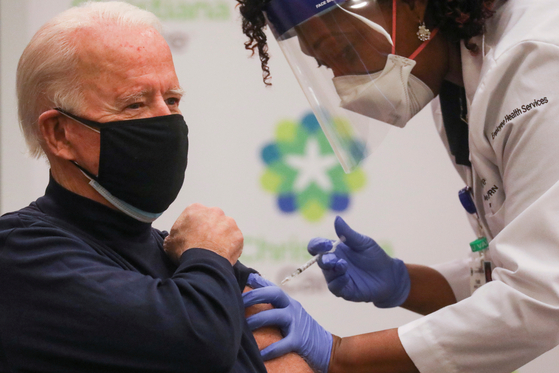 조 바이든 대통령 당선인은 21일 델라웨어주 병원에서 화이자의 코로나19 백신을 맞았다. [로이터=연합뉴스]