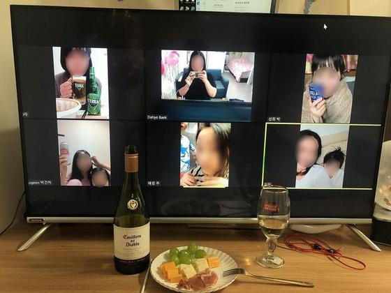 코로나19로 술자리도 비대면으로 한다. 각자 집에서 술과 안주를 마련해 화상 통화 앱으로 만나고 있는 모습. 사진 양영선