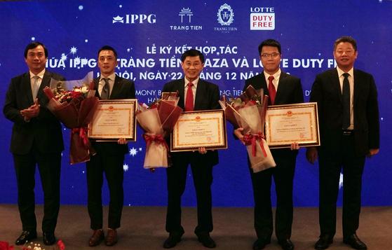 데면세점이 지난 22일 베트남 하노이 짱띠엔플라자(Trang Tien Plaza)에서 베트남 IPP그룹과 하노이시내면세점 운영 계약 체결식을 진행했다. 박석원 롯데면세점 베트남 법인장(왼쪽에서 두 번째)과 조나단 하잉 응웬(Johnathan Hanh Nguyen) IPP그룹 회장(가운데), 응웬 마잉 꿴(Nguyen Manh Quyen) 하노이인민위원회 부위원장(오른쪽에서 첫 번째)가 참석했다. 사진 롯데면세점