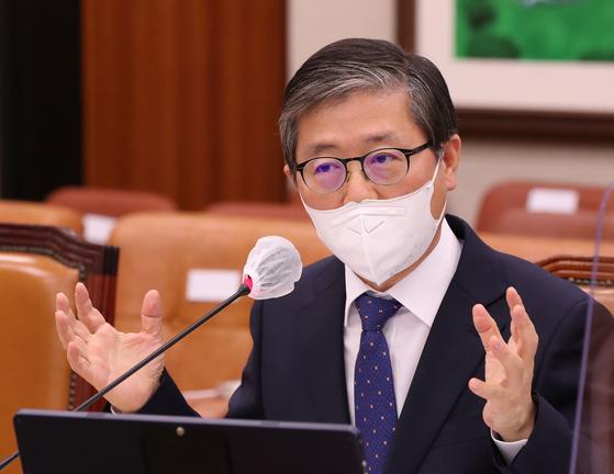 변창흠 국토교통부 장관 후보자가 23일 열린 국회 인사청문회에서 의원들의 질의에 답변하고 있다. 오종택 기자