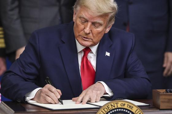 도널드 트럼프 미국 대통령은 지난 8일 미국인에게 코로나19 백신이 먼저 돌아가야 한다는 내용을 담은 행정명령에 서명헀다. [EPA=연합뉴스]