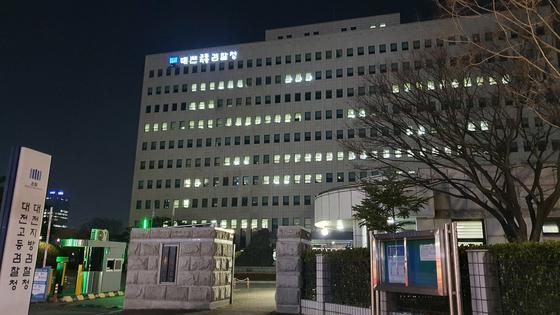 대전지검은 감사원 조사를 앞두고 월성 원전 1호기 관련자료 444건을 삭제하거나 방조·묵인한 혐의로 산업부 공무원 3명을 23일 구속·불구속 기소했다. 신진호 기자