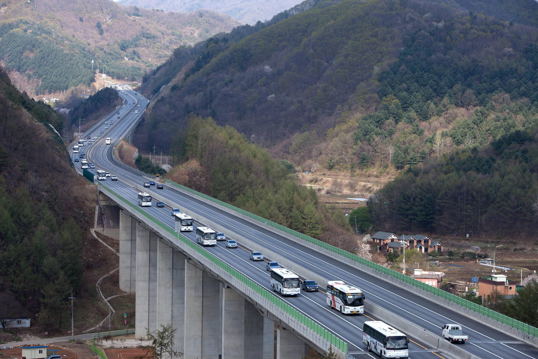 서울춘천, 대구부산고속도로의 통행료가 24일부터 낮춰진다. [연합뉴스]