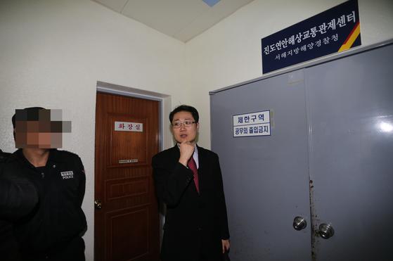 2014년 세월호 1심 재판 당시 검사, 변호인과 함께 전남 진도 VTS 에서 현장검증을 실시하던 임정엽 재판장의 모습. [사진공동취재단]