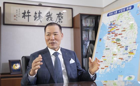 최등규 대보그룹 회장의 집무실엔 전국 지도가 있다. '현장경영'의 상징물이다. 임현동 기자
