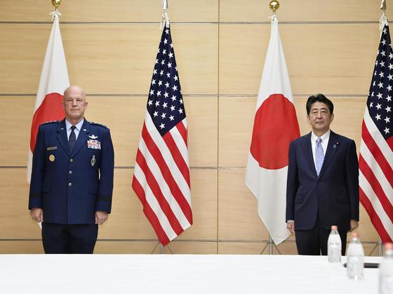 아베 신조(오른쪽) 일본 총리는 지난 8월 27 일 오전 도쿄 소재 총리관저에서 존 레이먼드 미국 우주군 사령관(공군 대장)과 회담했다. [연합뉴스]