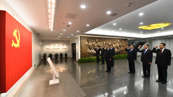2017년 시진핑 주석과 정치국 상무위원 전원이 상하이 공산당 창당 기념관에서 입당 선언을 하고 있다. 2021년 창당 100주년을 기념하는 열병식 개최 여부가 주목된다. [신화통신]