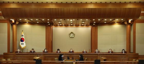 유남석(가운데) 헌법재판소 소장을 비롯한 헌법재판관들이 23일 오후 서울 종로구 헌법재판소 대심판정에서 열린 '문화계 블랙리스트'에 대한 헌법소원심판 사건 선고를 위해 자리하고 있다. 뉴시스