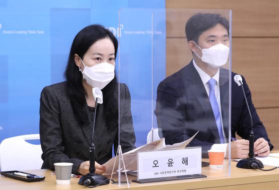 (왼쪽부터) 한국개발연구원(KDI) 김미루 지식경제연구부, 오윤해 시장정책연구부 연구위원이 23일 정부세종청사에서 '1차 긴급재난지원금 정책의 효과와 시사점'에 대해 분석 발표하고 있다. 연합뉴스