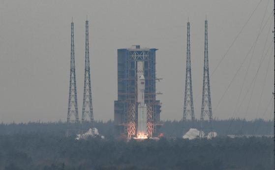 지난 22일 중국 하이난성 원창 우주발사기지에서 중국의 신형 운반로켓 장정 8호가 발사되고 있다.[신화=연합뉴스]