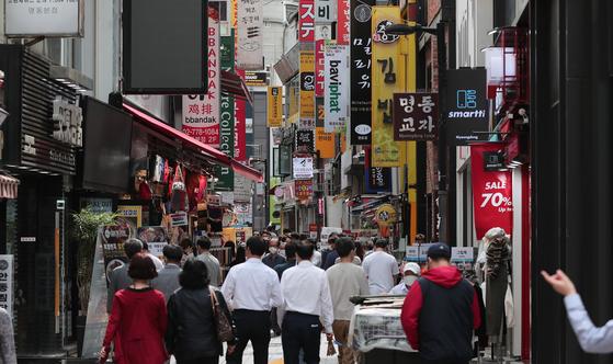서울시가 23일 소상공인을 위한 9000억원 규모의 금융지원을 발표했다. 사진은 23일 점심시간을 맞아 서울 중구 명동거리를 찾은 직장인들의 모습. [뉴스1]
