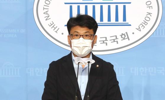 더불어민주당 진성준 의원이 지난 10월 11일 오전 서울 여의도 국회 소통관에서 국민의힘 최춘식 의원의 공공아파트 실거주 의무 위반 의혹 관련 기자회견을 하고 있다. 오종택 기자