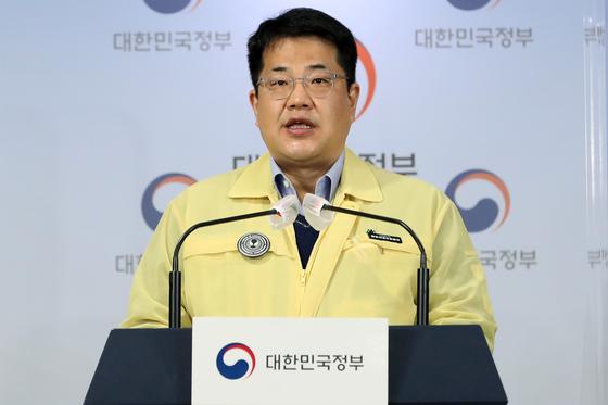 손영래 중앙사고수습본부 전략기획반장이 18일 오전 서울 종로구 정부서울청사에서 '코로나19 대응 온라인 정례 브리핑'을 하고 있다. 뉴스1