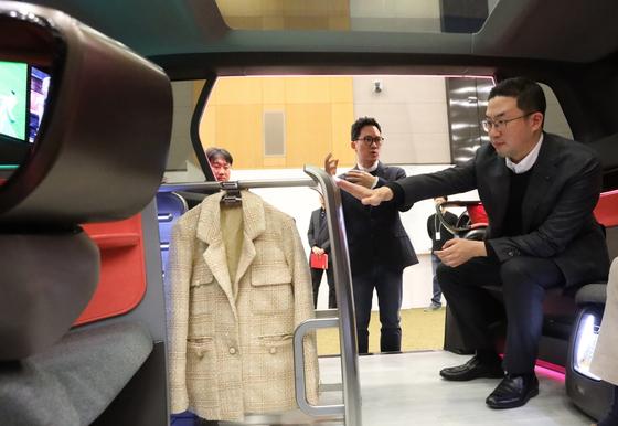 구광모 LG 대표가 지난 2월 서울 서초구 LG전자 디자인경영센터를 방문해 미래형 커넥티드카 내부에 설치된 의류관리기의 디자인을 살펴보고 있다. [사진 LG전자]