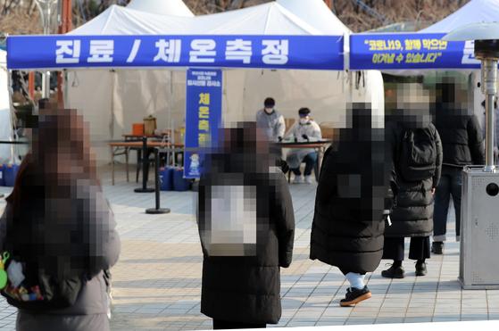 22일 부산시청 등대광장에 마련된 임시선별검사소에서 시민들이 검사를 받기 위해 대기하고 있다. 송봉근 기자