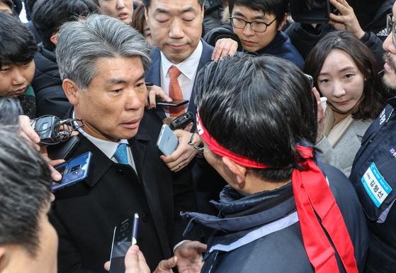 지난 1월 기업은행 본점 앞에서 노조원에 가로막혔던 윤종원 기업은행장. 뉴스1