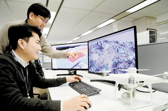 대림산업 직원이 드론으로 촬영해 3D로 변환한 영상 데이터를 통해 현장 측량 자료를 확인하고 있다.