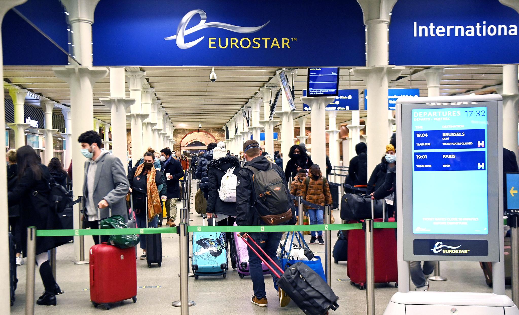20일(현지시간) 영국 런던 세인트판크라스역에서 승객들이 파리행 마지막 기차를 타기 위해 줄지어 서 있다. 영국에서 변종 코로나바이러스가 확산하자 프랑스 정부가 이날 자정부터 48시간 동안 영국발 모든 이동을 중단한다고 밝히는 등 유럽 국가들이 여행 제한 조치에 나섰다. EPA=연합뉴스