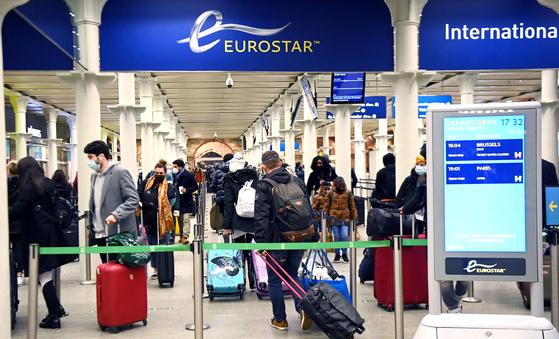 지난 20일(현지시간) 영국 런던 세인트판크라스역에서 승객들이 파리행 마지막 기차를 타기 위해 줄지어 서 있다. 영국에서 변종 코로나바이러스가 확산하 자 프랑스 정부가 이날 자정부터 48시간 동안 영국발 모든 이동을 중단한다고 밝히는 등 유럽 국가들이 여행 제한 조치에 나섰다. [EPA=연합뉴스]