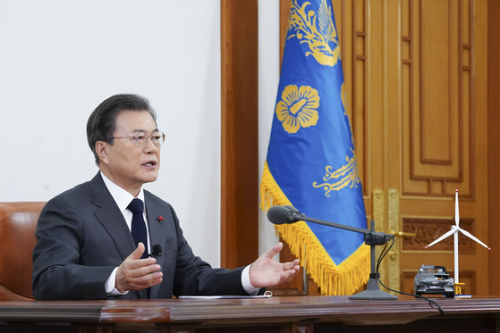 문재인 대통령이 지난 10일 오후 청와대 본관 집무실에서 '2050 대한민국 탄소중립 비전'을 선언하는 연설을 하고 있다. [청와대사진기자단]