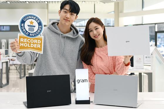 LG전자 모델들이 'LG 그램 16'을 소개하고 있다. LG전자