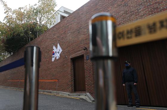 서울 강남구 논현동 이명박 전 대통령 자택 앞이 적막한 모습을 보이고 있다. 연합뉴스