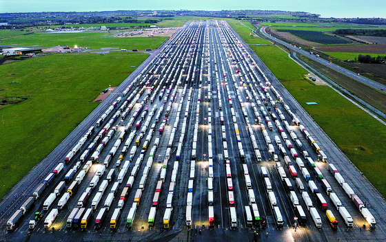 영국, 활주로 덮은 컨테이너 트럭