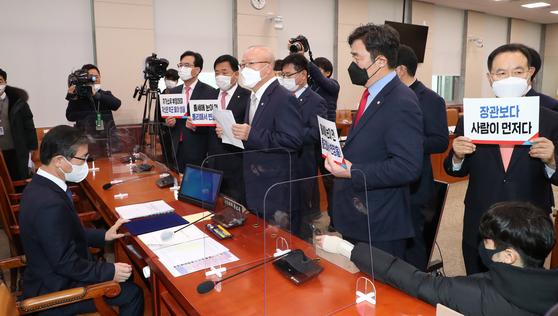 23일 국회에서 열린 변창흠 국토교통부 장관 후보자(왼쪽)에 대한 인사청문회 회의실에서 국민의힘 의원들이 피켓을 들고 항의하고 있다. 오종택 기자