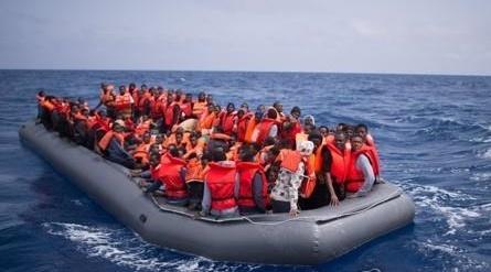 지중해에서 난민들이 탄 고무보트. 기사내용과 직접적인 연관은 없음. EPA=연합뉴스