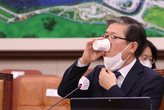 """변창흠 국토교통부 장관 후보자가 23일 국회 인사청문회 도중 물을 마시고 있다. 변 후보자는 2016년 SH 사장 시절 구의역 스크린도어 사고로 숨진 김모(당시 19세)씨에 대해 """"실수로 죽은 것""""이라고 말한 게 뒤늦게 알려지며 공분을 샀다. 중앙포토"""