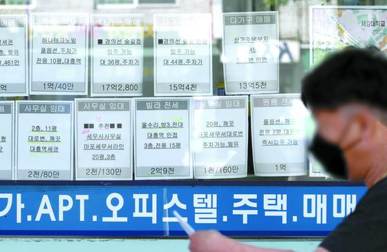 퇴직연금을 중도 인출한 20대의 상당수는 전월세 비용 마련을 위한 것으로 나타났다. 서울 마포구의 한 부동산중개업소 매물정보란. 연합뉴스