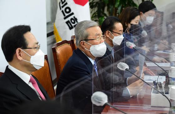 국민의힘 김종인 비상대책위원장이 24일 국회에서 열린 비상대책위원회의에서 발언하고 있다.  연합뉴스