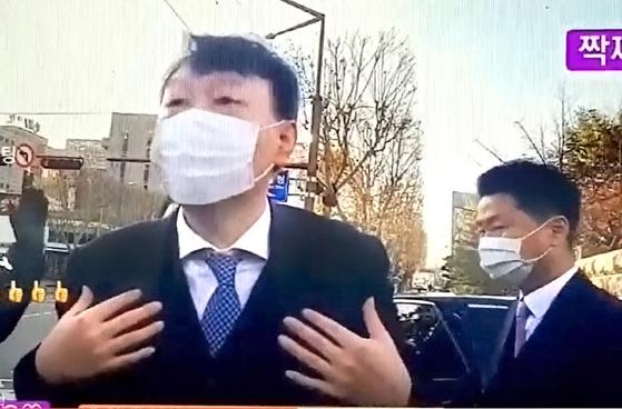 서초동 대검찰청 정문 앞에 모여서 유튜브 방송을 하는 지지자들을 격려하는 윤석열 검찰총장. 202012.15 [제공 유튜브 짝지 TV]