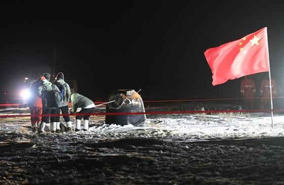 중국 기지에 무사히 도착한 달 표면 샘플. [신화=연합뉴스]