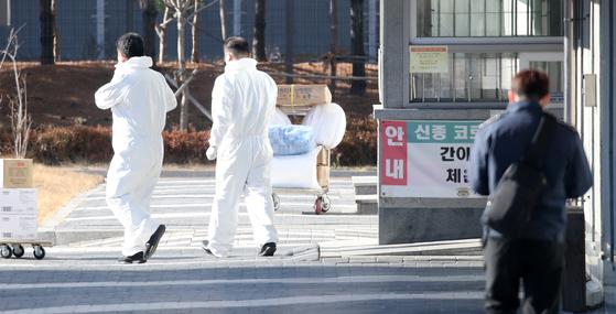 이명박 전 대통령이 수감 중인 서울 동부구치소에서 수용자 185명이 신종 코로나바이러스 감염증(코로나19) 확진 판정을 받은 20일 오후 동부구치소에서 방역복을 입는 관계자들이 이동하고 있다.  =뉴스1