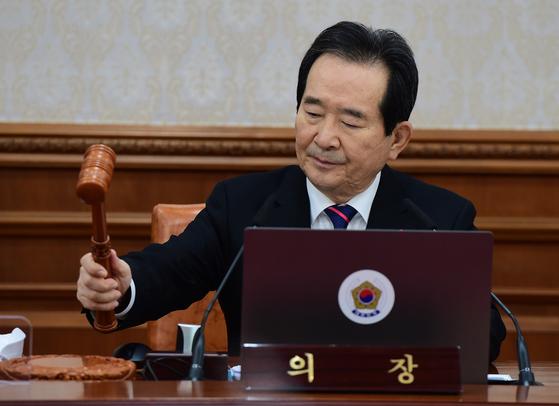 정세균 국무총리가 22일 서울 세종로 정부서울청사에서 열린 국무회의에서 의사봉을 두드리고 있다. 강정현 기자