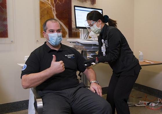 """지난 17일 화이자-바이오앤텍의 코로나19 백신 주사를 맞은 미국 볼티모어 시나이종합병원의 에스티 샤벨먼 부원장은 """"독감 예방주사와 차이를 느끼지 못했다""""고 말했다. [시나이병원]"""