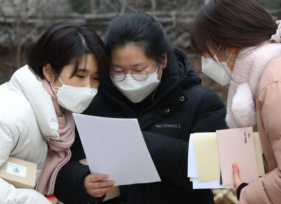 2021학년도 대학수학능력시험 성적표가 배부된 23일 서울 중구 이화여고에서 학생들이 성적을 확인하고 있다. [사진공동취재단]