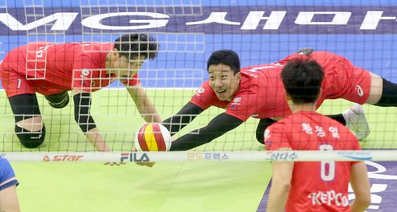 25일 수원체육관에서 열린 삼성화재와 경기에서 몸을 날려 수비하는 한국전력 신영석. [사진 한국전력]