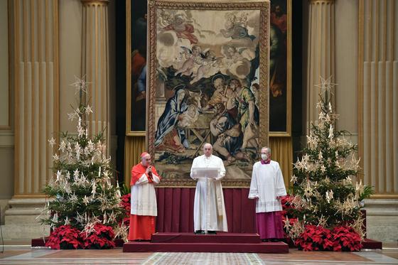 프란치스코 교황이 25일(현지시간) 바티칸 성베드로성당에서 성탄 메시지를 발표하고 있다. EPA=연합뉴스