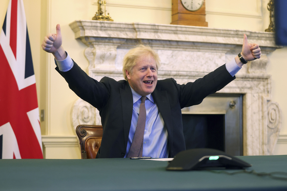 보리스 존슨 영국 총리가 24일(현지시간) 유럽연합(EU)과 브렉시트 이후 미래관계에 대한 합의에 도달했다고 발표하며 양손 엄지를 들어 올렸다.[신화통신=연합뉴스]