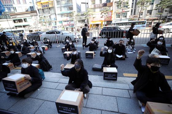 지난 10월 24일 오후 서울 중구 한진택배 본사 앞에서 청년하다 등 단체 관계자들이 택배 노동자 과로사 대책 마련을 촉구하고 있다. 연합뉴스