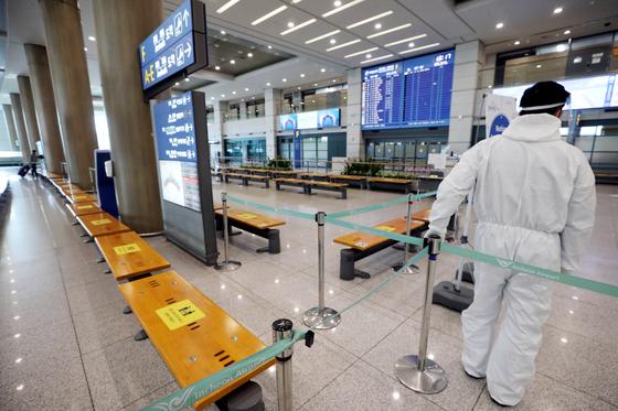 27일 인천국제공항 입국장이 한산한 모습을 보이고 있다. 뉴스1
