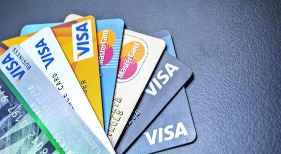 내년부터 신용카드 발급 기준이 신용등급에서 신용점수로 바뀌게 된다. 나이스신용평가 기준 신용점수가 680점 이상이면 신용카드를 발급 받을 수 있다. 기존에는 신용등급 6등급 이상이어야 카드 발급이 가능했다. 셔터스톡