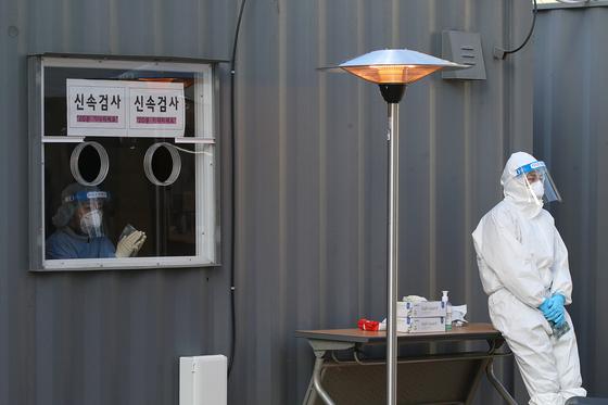 크리스마스인 25일 서울 중구 시청 광장에 설치된 임시선별 진료소에서 의료진이 대기하고 있다. 장진영 기자