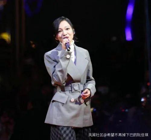 인기 가수 장사오한이 후베이성 이창시에 새로 문을 연 가게 홍보를 위해 노래를 부르자 수많은 인파가 몰려 중국 당국의 코로나 방역 노력을 무색하게 했다. [중국 환구망 캡처]