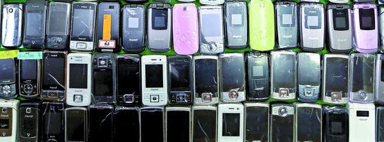 2G 서비스에 주로 사용됐던 폴더형 휴대전화기. [연합뉴스]