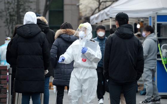 신종 코로나바이러스 감염증(코로나19)이 전국으로 일파만파 확산하고 있는 가운데 27일 대전의 한 보건소에 마련된 코로나19 선별진료소에서 의료진들이 시민들을 검사하고 있다. 김성태 기자